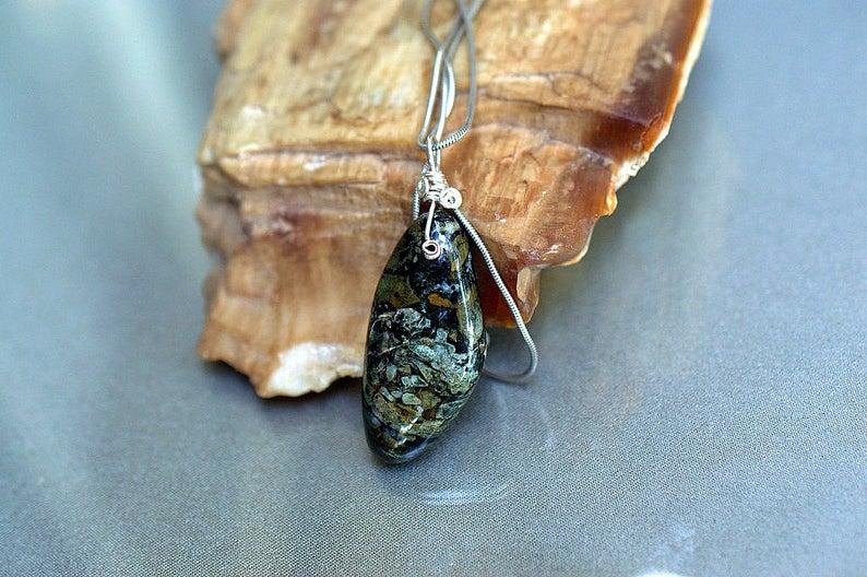 Designed shape gemstone pendant