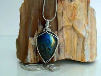 Arrowhead style light reflecting gemstone pendant
