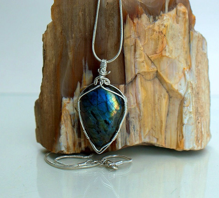 Arrowhead style light reflecting gemstone pendant