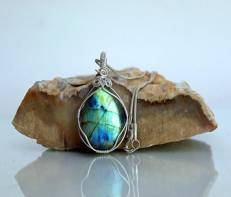 Light reflecting Canadian Labradorite gemstone pendant